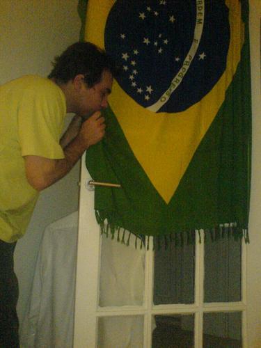 JC beijando a bandeira doBrasil