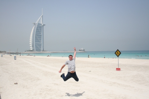 Salto nas areias do Golfo Persico, Burj Al-Arab ao fundo